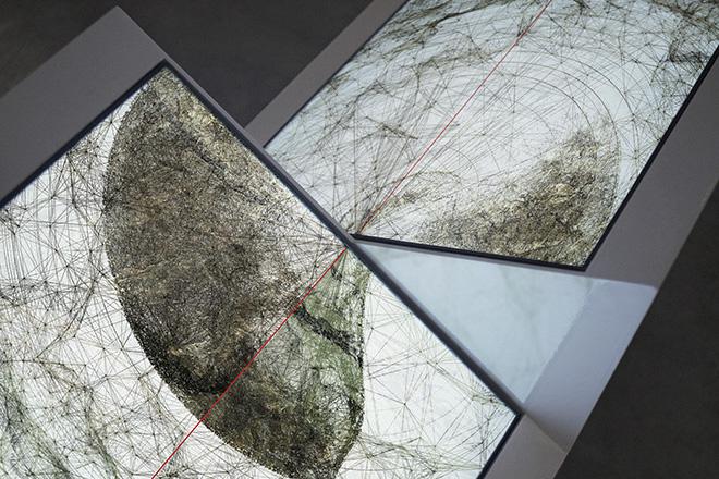 Ryoichi Kurokawa - oscillating continuum, 2013. Scultura audiovisiva (2 display quadrati, audio 2 canali), 924 x 800 x 422 mm, 8 minuti. © L'artista. Courtesy Fondation Boghossian