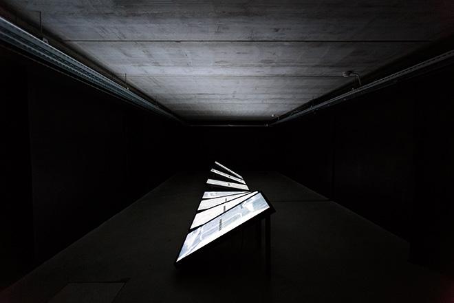 Ryoichi Kurokawa - ad/ab Atom, 2017, Installazione audiovisiva (7 display, audio 4 canali), 8 minuti. © L'artista. Courtesy di GNRation. Foto: Hugo Sousa