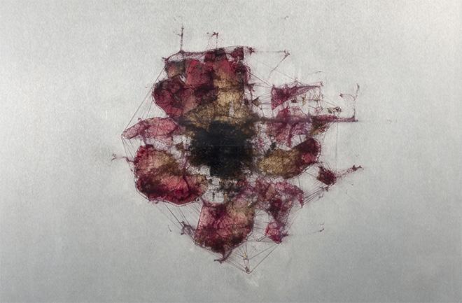Ryoichi Kurokawa - elementum #4, 2018. Tecnica mista (stampa digitale, fiori pressati, alluminio, vetro), 12 x 260 x 260 mm. © L'artista. Courtesy Takuro Someya Contemporary Art
