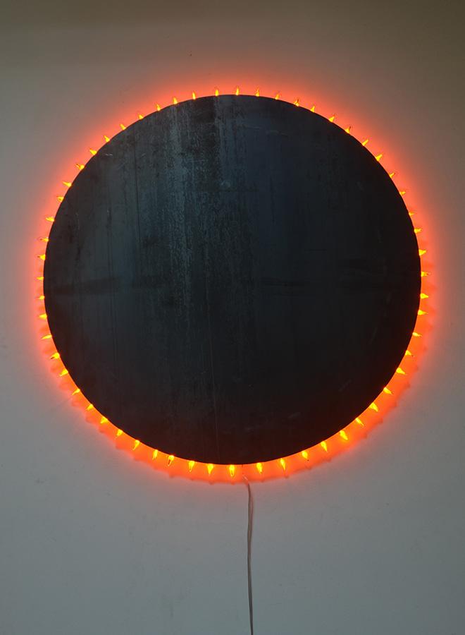 Giovanni Albanese - Eclissi 58, 2018, ferro e luci a fiamma, diametro cm 80. Foto di Sara Santarelli