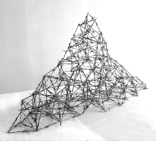 Walid Siti - Elusive Mountain, 2018, filo spinato e filo di alluminio, cm 400x800x300. Courtesy of the artist
