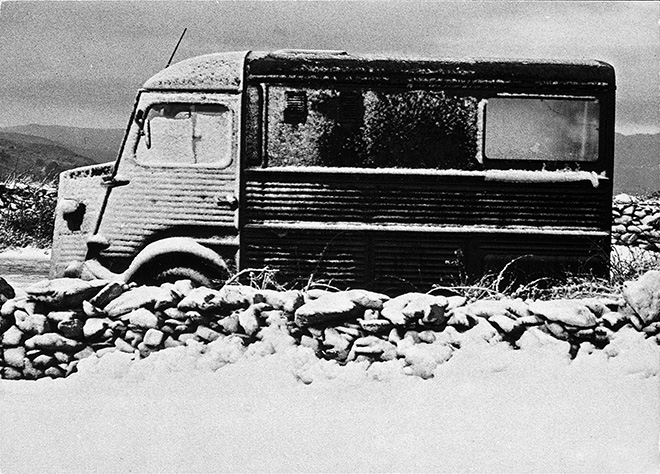 Ulay/Marina Abramović Relation in Movement. The Van 1975-1980, furgone Citroën Type H, megafono, installazione audio e video (Relation in Movement), amplificatore, monitor, piccola barca di legno, fotografie (b/n), testo, van cm 220 x 422 x 196. Lione, Musée d'art contemporain de Lyon. Courtesy of Marina Abramović Archives Marina Abramović by SIAE 2018