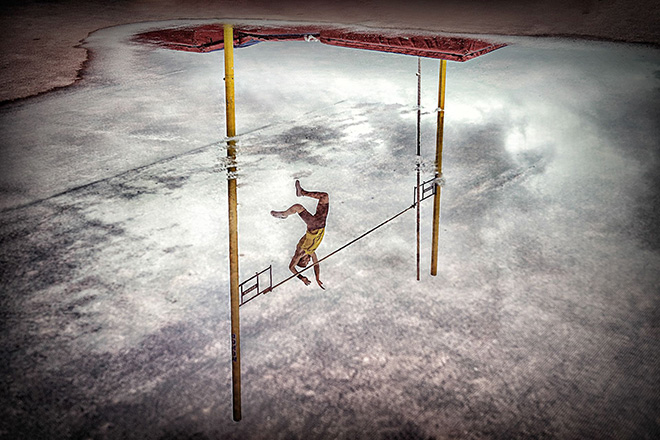 ©Ajuriaguerra Saiz Pedro Luis - REFLECTION POLE VAULT. Location: Bilbao (Spain). Sports in action category, 1° CLASSIFIED. Siena International Photo Awards 2018.