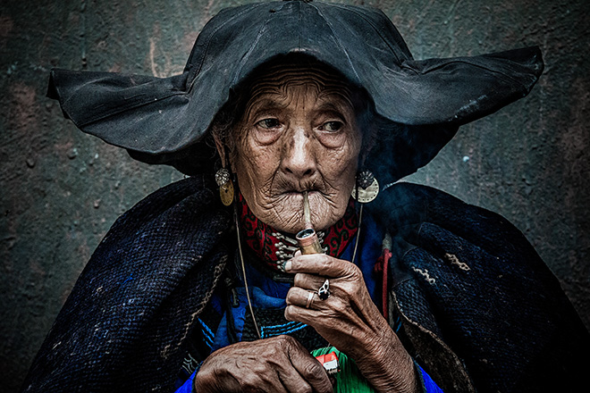 ©Qiang Chen - Smoking an old woman, Eyes Wide Open, Siena International Photo Awards 2018