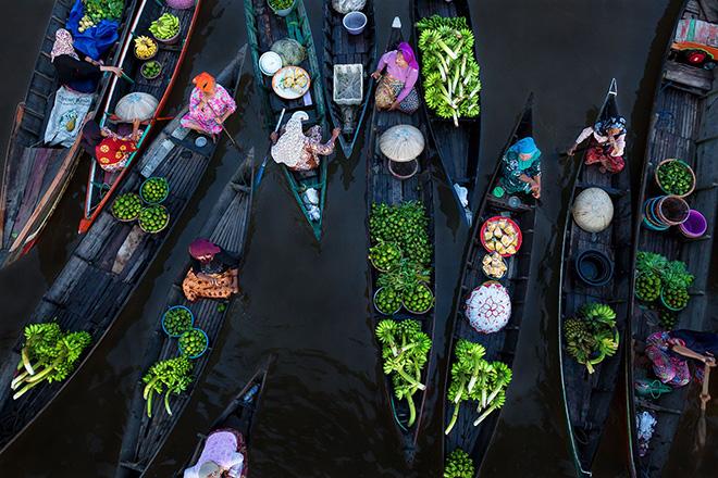 Sina Falker (DE) - FLOATING MARKET. Location: Borneo (Indonesia). Fragile Ice category. 1° CLASSIFIED. Siena International Photo Awards 2018.