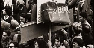 Mimmo Jodice - Napoli, Manifestazione a Piazza Garibaldi / Naples, Demonstration in Piazza Garibaldi, 1967. Stampa ai sali d'argento / Gelatin silver print, 19,3 x 29 cm © Mimmo Jodice