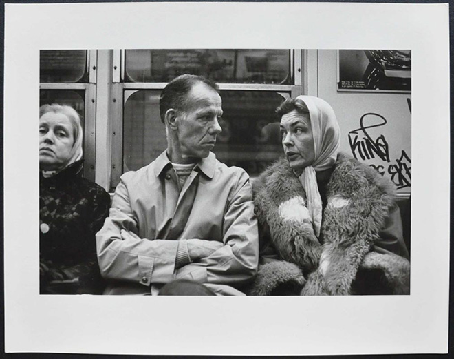Helen Levitt - N.Y. (metropolitana), dalla serie (Metropolitana) / N.Y. (subway), from the series (Subway), 1975, Stampa ai sali d'argento / gelatin silver print, 19,4 x 29,4 cm © Film Documents LLC, courtesy Galerie Thomas Zander, Cologne