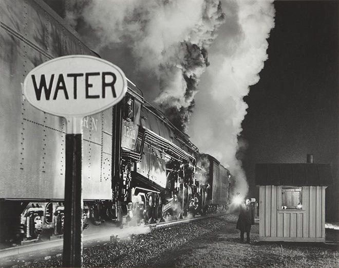 O. Winston Link - Licenza al treno a doppia trazione / Highball for the Double Header, 1959 Stampa ai sali d'argento / gelatin silver print, 39 x 48,8 cm © O. Winston Link, courtesy Robert Mann Gallery
