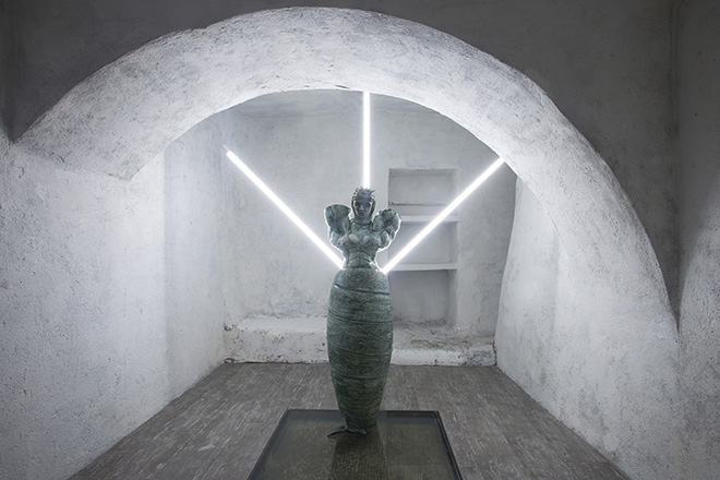 Cristiano Carotti - Cariddi, ceramica policroma, neon, 140x50x55 cm, 2018