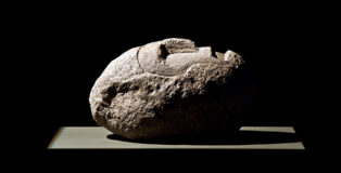 Venia Dimitrakopoulou - Guerriero con elmo I, 2009, pietra lavica, cm 45x40x50