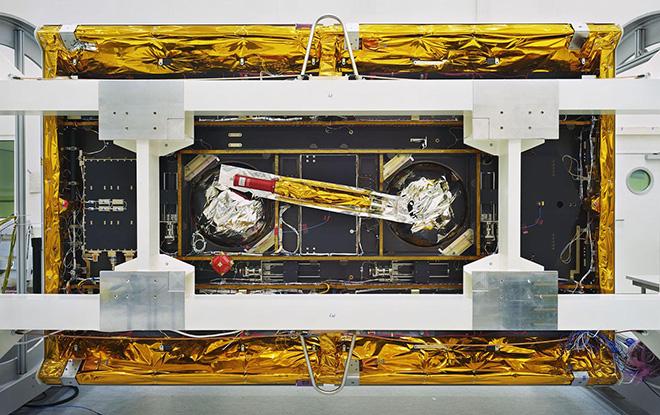 Thomas Struth - GRACE-Follow-On, veduta dal basso / GRACE-Follow-On Bottom View, IABG, Ottobrunn, 2017 Inkjet print, 139,7 x 219,4 cm. © Thomas Struth