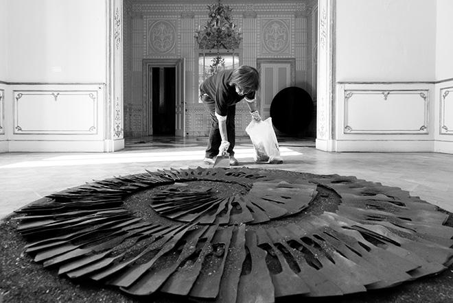Franca Ghitti con la Meridiana, anni Novanta, installazione, scarti di ferro e polvere di ferro, diametro cm 200 ca. photo credit: Fabio Cattabiani