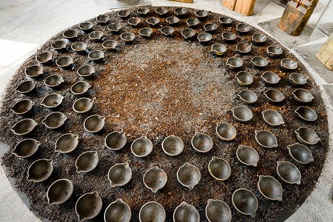 Franca Ghitti - Bosco, primi anni Ottanta, dettaglio, installazione, coppelle di siviera e polvere di ferro, dimensioni variabili. photo credit: Fabio Cattabiani