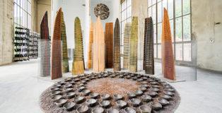 Franca Ghitti - Bosco, primi anni Ottanta, installazione, legni, rete metallica, tondo con coppelle di siviera e polvere di ferro, dimensioni variabili. photo credit: Fabio Cattabiani