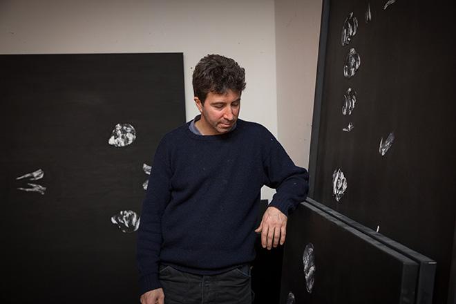 Lorenzo Puglisi nel suo studio - Photo credit: Daniele Fregonese