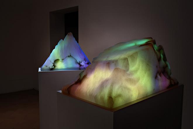 AQUA AURA - SHELTERS: The very nature of light, 2017 - Video sculture, 3 elementi, basi lignee, alabastro, video-proiezione sonora, durata 19 minuti