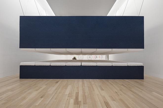 Paola Pivi, World record, 2018 - Materassi, legno, acciaio, denim, 398.8 × 774.7 × 955 cm / Foto Attilio Maranzano. Courtesy Massimo De Carlo, Milan/London/Hong Kong e l'artista. Nella foto: 2018 - Art with a View, The Bass Museum of Art, Miami Beach, USA.