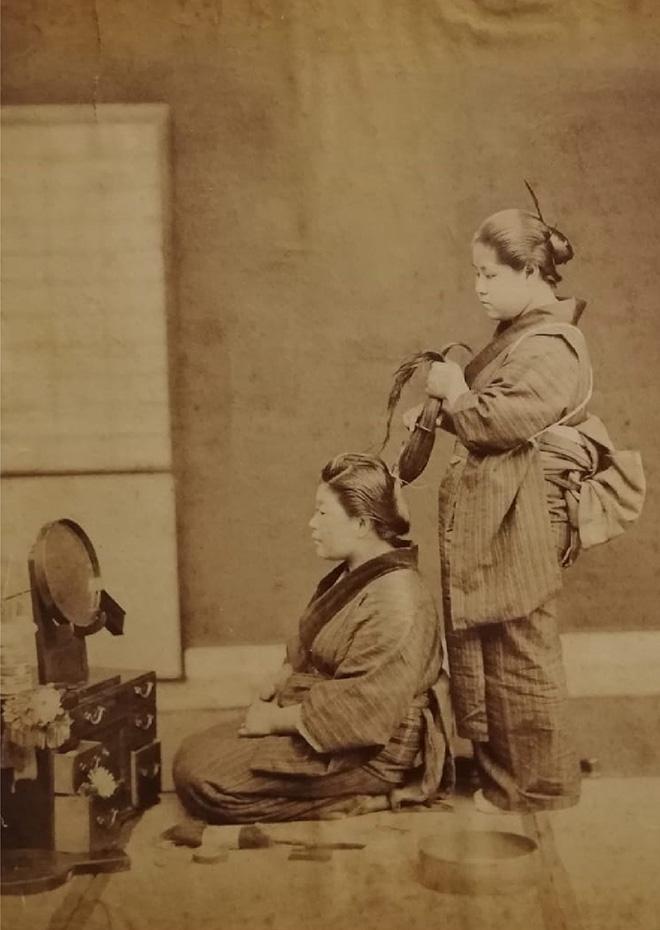 Acconciatura. Fotografia all'albumina. Periodo Meiji (1868 - 1912)
