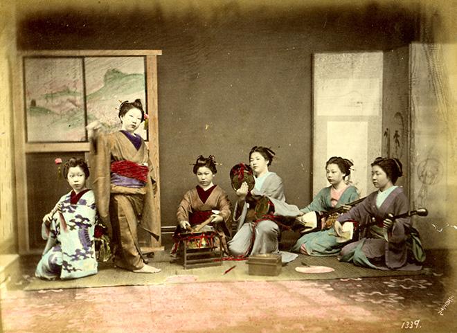 Geisha che suonano e danzano. Fotografia all'albumina. Periodo Meiji (1868-1912)