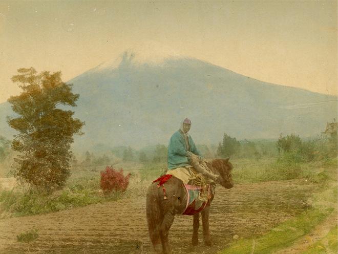 Il Monte Fuji da Kamiide. Fotografia all'albumina. Periodo Meiji (1868 - 1912)