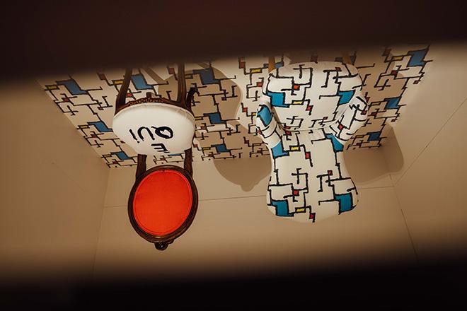 È QUI - Un percorso fra luoghi, persone e arte. Fondazione Dino Zoli, Sala 2 - Persone, 29 sedute suddivise in tre stanze visibili attraverso una feritoia, photo credit: Luca Bacciocchi