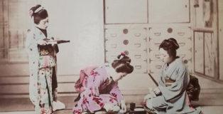 Tre ragazze che pranzano. Fotografia all'albumina. Periodo Meiji (1868 - 1912)