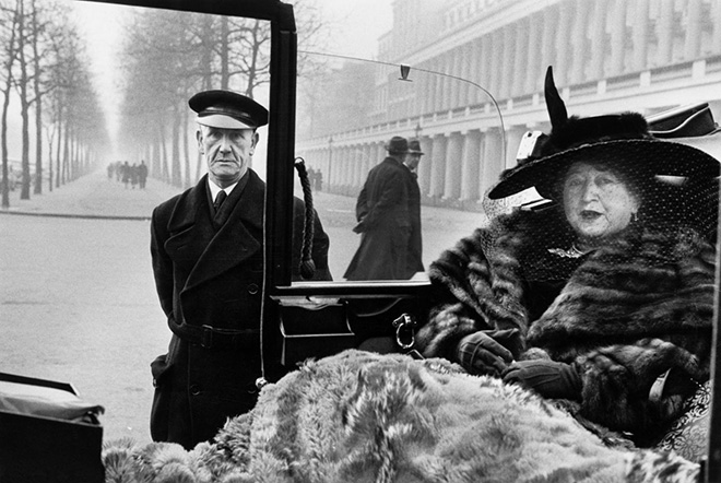 Inge Morath - Eveleigh NASH a Buckingam Palace, Londra, 1953. ©Fotohof archiv/Inge Morath/Magnum Photos