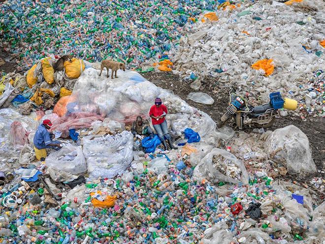 Edward Burtynsky - Dandora Landfill #3, Plastics Recycling, Nairobi, Kenya 2016. photo © Edward Burtynsky, courtesy Admira Photography, Milan / Nicholas Metivier Gallery, Toronto.