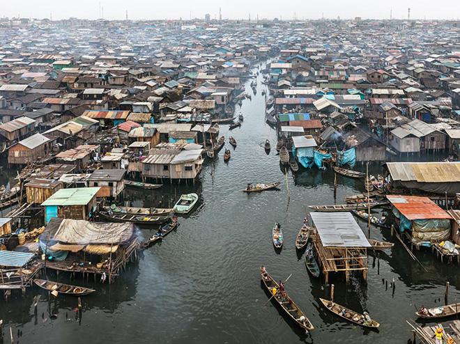 Edward Burtynsky - Makoko #2, Lagos, Nigeria 2016. photo © Edward Burtynsky, courtesy Admira Photography, Milan / Nicholas Metivier Gallery, Toronto.