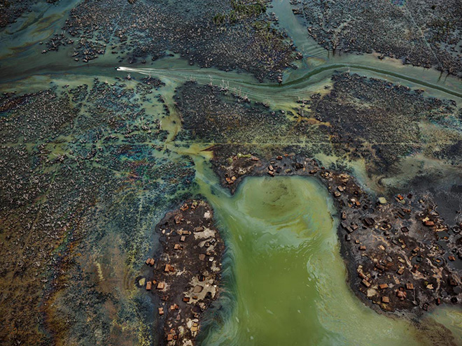 Edward Burtynsky - Oil Bunkering #4, Niger Delta, Nigeria 2016. photo © Edward Burtynsky, courtesy Admira Photography, Milan / Nicholas Metivier Gallery, Toronto.