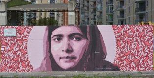Gianluca Raro, Fabio Biodpi - Murale tributo a Malala Yousafzai, (attivista pakistana attiva sin da giovanissima nella lotta per i diritti civili e per il diritto allo studio delle donne nel suo paese). Scampia: Un murale per il Giardino dei cinque continenti e della non-violenza.