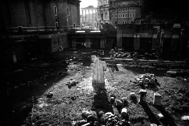 ©Emiliano Mancuso - Stato d'Italia. Roma, 2009. Via dei fori imperiali, un busto trasfigurato dai vandali
