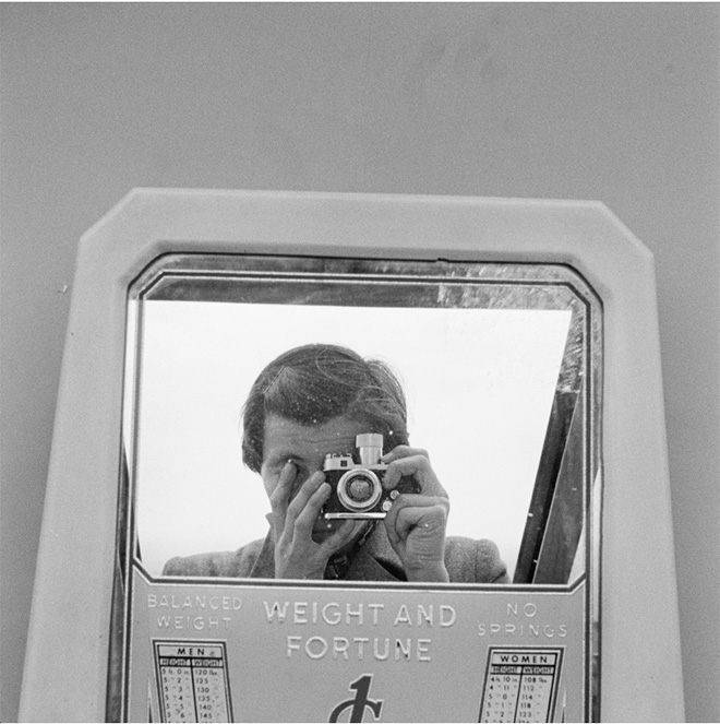 n.d. Image size: 12x12 inch (30,48 x 30,48 cm) Paper size: 20x16 inch (50,8 x 40,64 cm) ©Estate of Vivian Maier, Courtesy of Maloof Collection and Howard Greenberg Gallery, NY