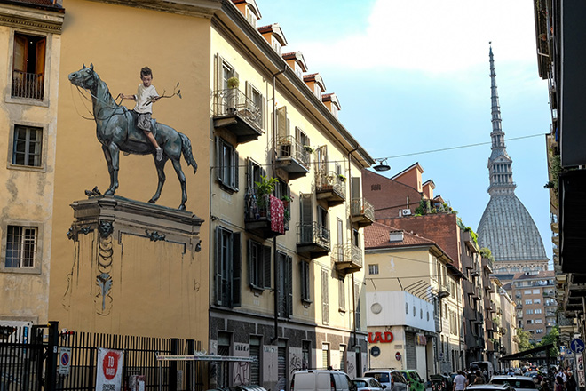 "Ernest Zacharevic – Murale a Torino: ""Bronze sculpture – History and tradition"""