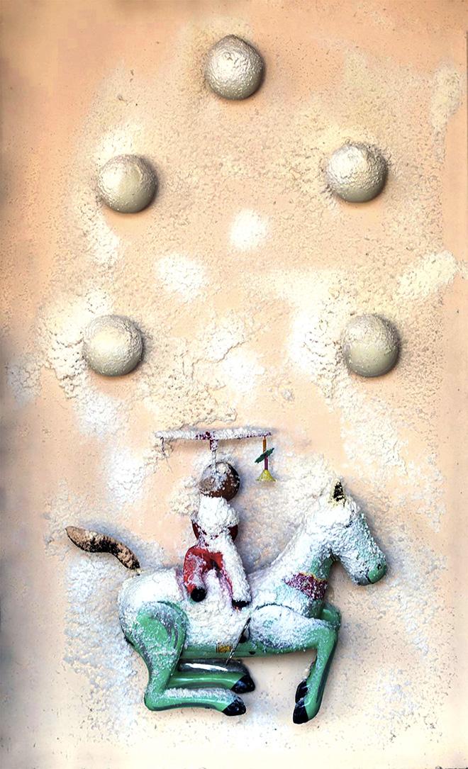 SCULTURA NEVE - CIRCO CINESE, 1970 . Neve artificiale, palline ping-pong, giocattoli su faesite. Cm 55 x 35 x 10. N. Archivio: FRB0311. Collezione privata