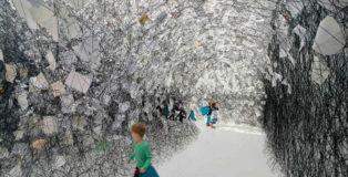 Chiharu Shiota - Letters of Thanks, 2017. Installazione lettere di ringraziamento, lana nera. Kunsthalle Rostock, Germania. Foto di Thomas HÑntzschel (Fotoagentur Nordlicht), Rostock. Copyright VG Bild-Kunst, Bonn.