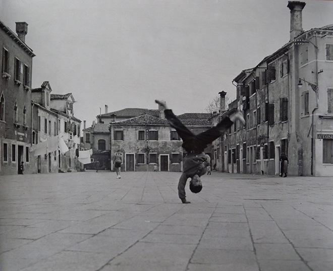 branzi. © Piergiorgio Branzi, Burano Piazza Grande, 1957. Collezione Pier Luigi Gibelli, Il dubbio della bellezza. SI FEST - SEDUZIONI Fascinazione e mistero.