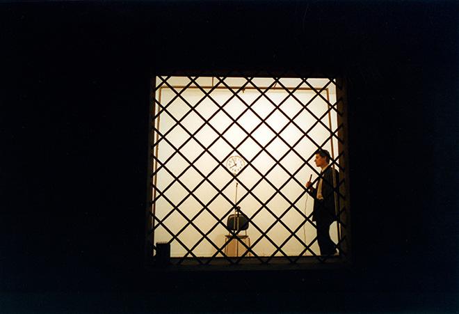 Cesare Pietroiusti - Pensiero unico, 2003. Performance, Foto e still da video / Photo and video still: Claudio Sossai, Stefano Pasquini, Mauro Manara e / and Gino Gianuizzi.