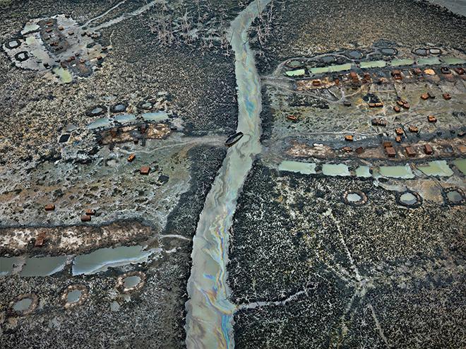 EDWARD BURTYNSKY Anthropocene - Fondazione MAST. Oil Bunkering #1, Niger Delta, Nigeria 2016. Foto © Edward Burtynsky, cortesia Admira Photography, Milano / Nicholas Metivier Gallery, Toronto