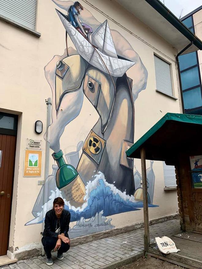 Alessandra Carloni - (Salviamoci), murale sulla facciata della Casa delle Associazioni in Piazza Venezia a Taglio di Po