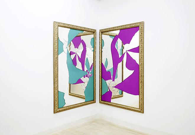 MICHELANGELO PISTOLETTO - Two Less One colored, 2015, specchio, legno dorato (mirror, gilded wood), 2 elementi, 180 x 120 cm ciascuno. Courtesy: the artist and GALLERIA CONTINUA, San Gimignano / Beijing / Les Moulins / Habana.