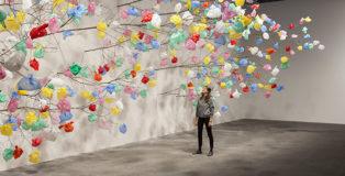 PASCALE MARTHINE TAYOU - Plastic Tree, 2014/2015, rami, sacchetti di plastica, dimensioni variabili (branches, plastic bags variable dimensions). Courtesy: the artist and GALLERIA CONTINUA, San Gimignano / Beijing / Les Moulins / Habana. Photo by: Andrea Rossetti