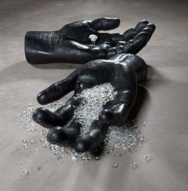 DOMESTICATED GIANT_Koen Vanmechelen. © Studio Koen Vanmechelen, 2015 – Scultura in bronzo e vetro. 45 x 175 x 85 cm + 40 x 174 x 87 cm