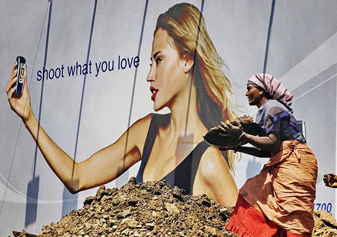 Ashish Gupta - A women labour works during a road work in Andheri, 2004. Mumbai, cm 48x68
