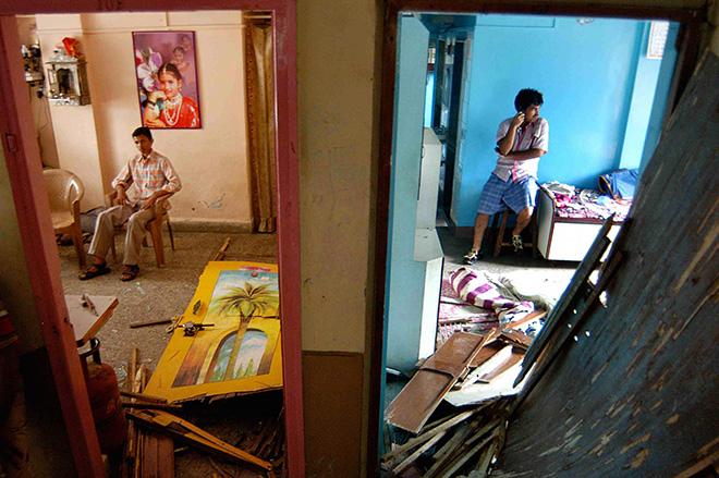 Ashish Gupta - Neighbours at Mira Sadan building, 2008. Mumbai, cm 45x69