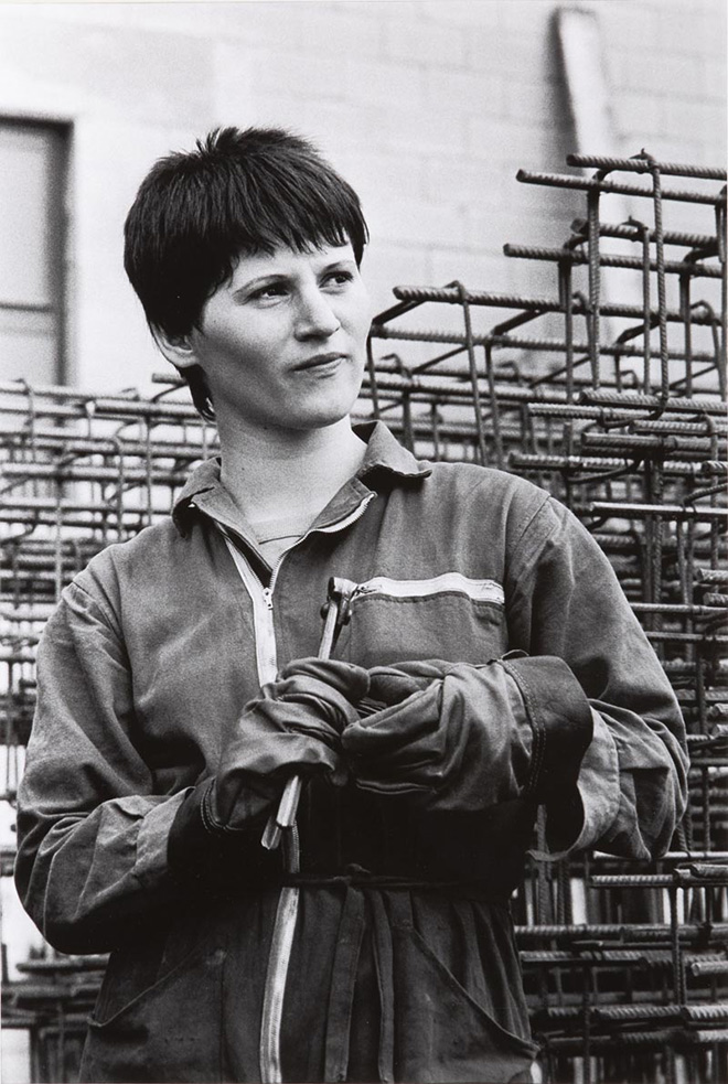 PAOLA AGOSTI - Forlì, 1978 Giovane operaia ferraiola in cantiere/Young iron worker © Paola Agosti