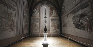 Luca Freschi - Cariatide 03 (Civetta), 2019, terracotta ceramica e legno, cm 44x44x390, Museo Nazionale di Ravenna, 2019. photo credit: Filippo Venturi