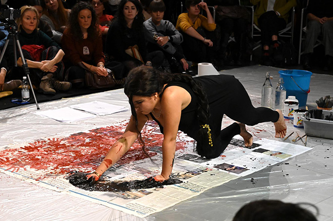 Zehra Doğan - Ritratto di Hevrin Khalaf, performance artistica del 23 novembre 2019. ph. Christian Penocchio - Comune di Brescia.
