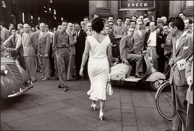 Mario De Biasi, Gli italiani si voltano. Moira Orfei, 1954 © Archivio Mario De Biasi distribuito da Mondadori Portfolio