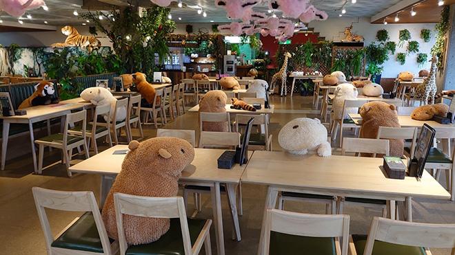 Peluche di Capibara seduti ai tavoli per favorire il distanziamento sociale